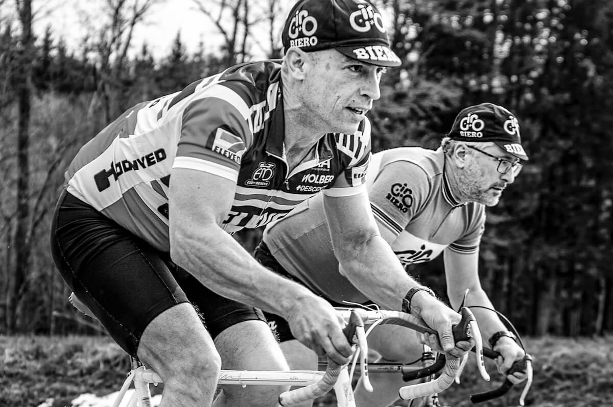 Radfahrer auf Strecke Schwarz Weiß